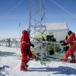Martin und Philipp in Aktion beim Herausnehmen eines Eiskerns
