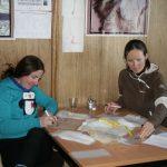 Steffi und Katharina beim Beschriften von Tüten - eine Abendarbeit